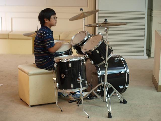 ללמוד לנגן על תופים