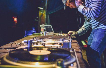 איפה לומדים קורס DJ